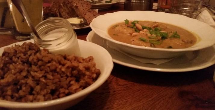 כופתאות חומוס בקארי פיקנטי // בליווי מג'דרה של אורז מלא, עדשים ושעועית מש