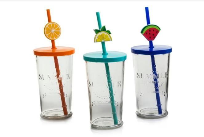 כוסות זכוכית עם קש צבעוני ועיטורי פירות של המותג ARCOSTEEL