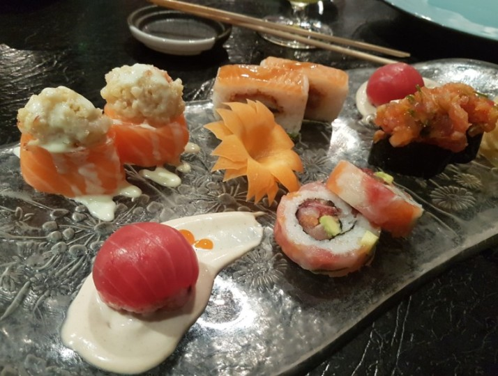 מבחר סושי חגיגי מאגורו פפר נתחי טונה צרובה ומפולפלת תפריט טעימות יאקימונו