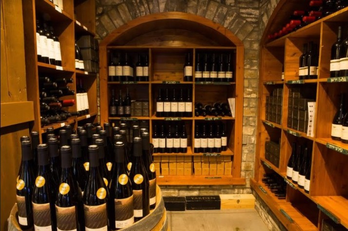 מקרר יינות מסעדת טיביס של שף חיים טיבי בחוות ורד הגליל
