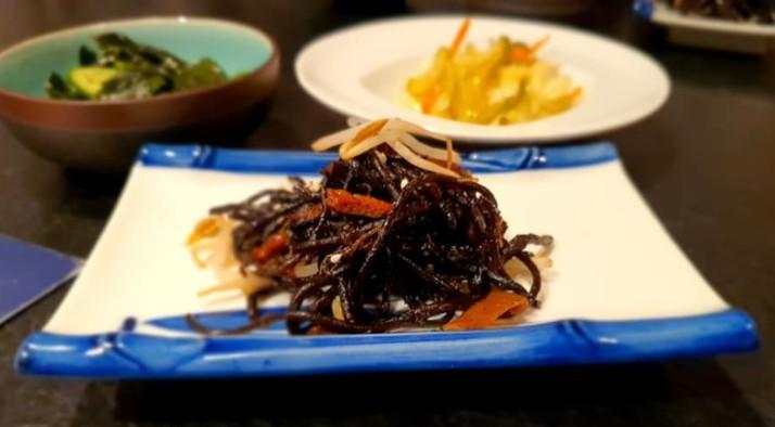 מנת סונומונו– מחמצים יפנים, היזיקי ונבטים, אצות ומלפפונים מסעדת יאקימונו רוטשילד