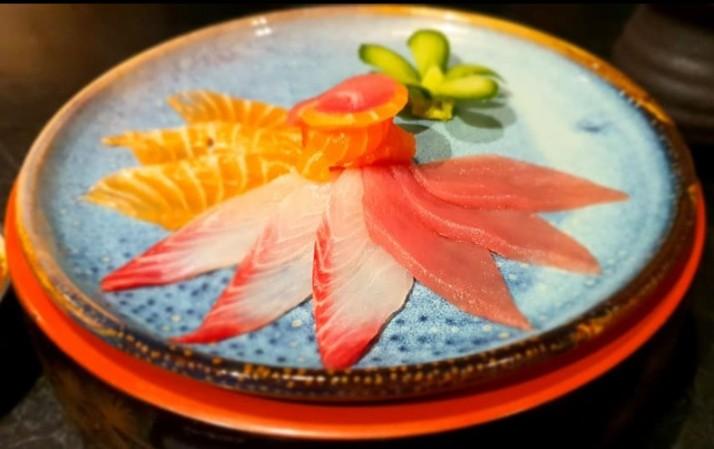 סאקנה אוסוזוקורי- פרוסות דקות של מבחר סשימי עם רוטב פונזו