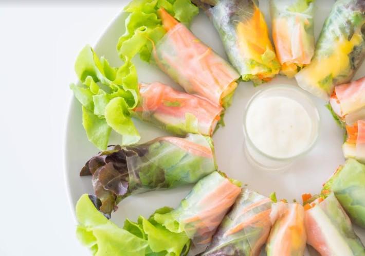 ספרינג רול (אגרול ויאטנמי) עם ירקות, גבינה, אטריות שעועית, סלמון מעושן ומבחר רטבים